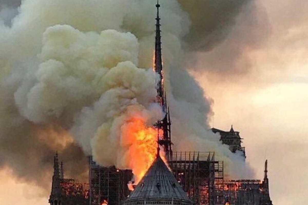 A Parigi un incendio ha parzialmente distrutto la cattedrale di Notre Dame