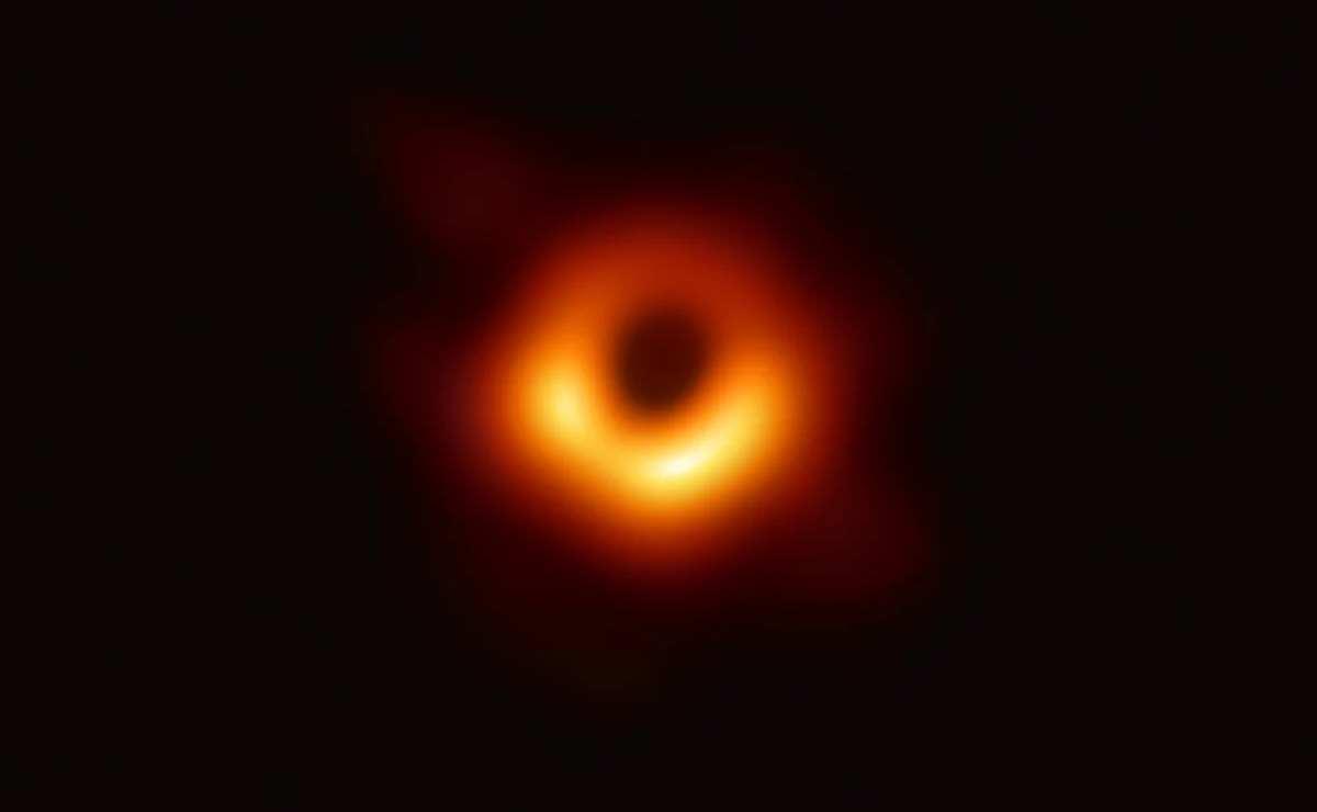 Gli scienziati del progetto EHT sono riusciti a fotografare per la prima volta un buco nero