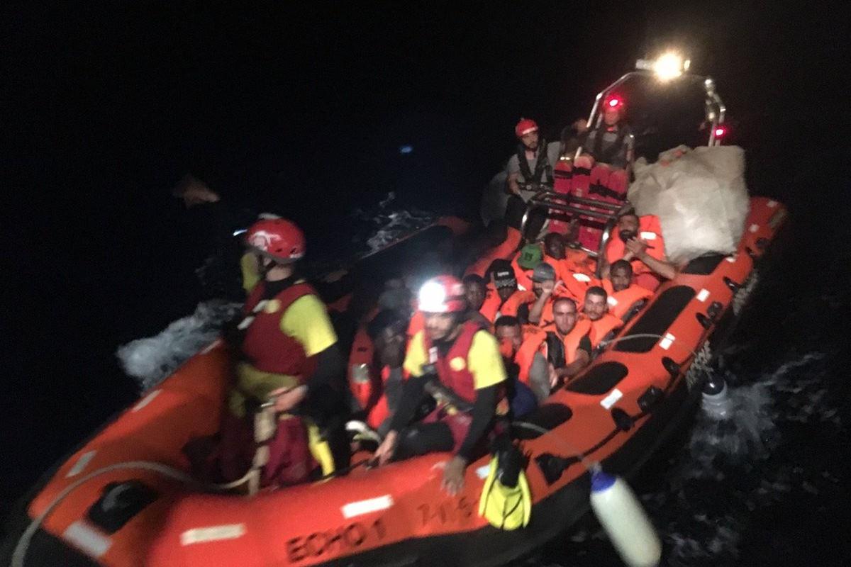 Open Arms salva altri 39 migranti nella SAR di Malta che però si rifiuta di sbarcare le altre 121 persone a bordo