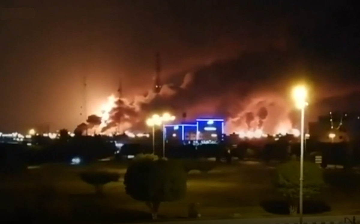 I ribelli yemeniti Houthi hanno attaccato con i droni due importanti impianti petroliferi in Arabia Saudita