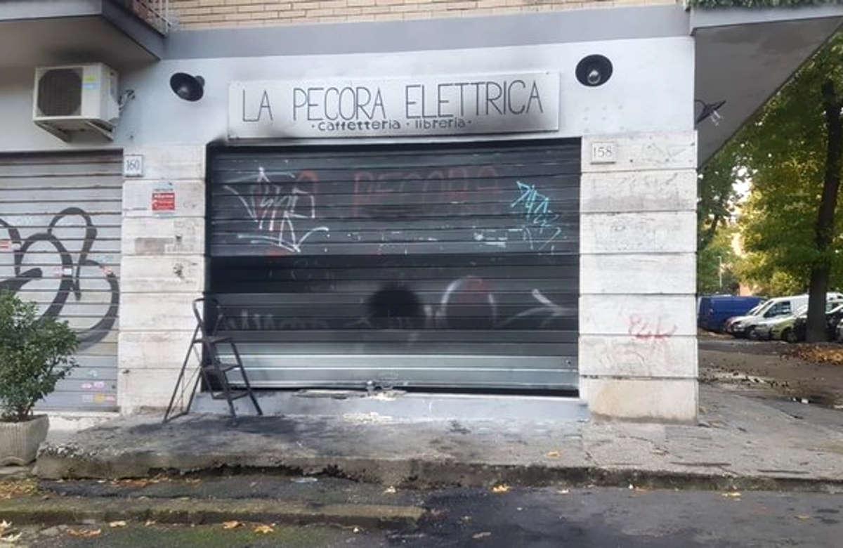 La Pecora Elettrica, libreria antifascista di Roma, nuovamente distrutta da un incendio a poche ore dalla riapertura