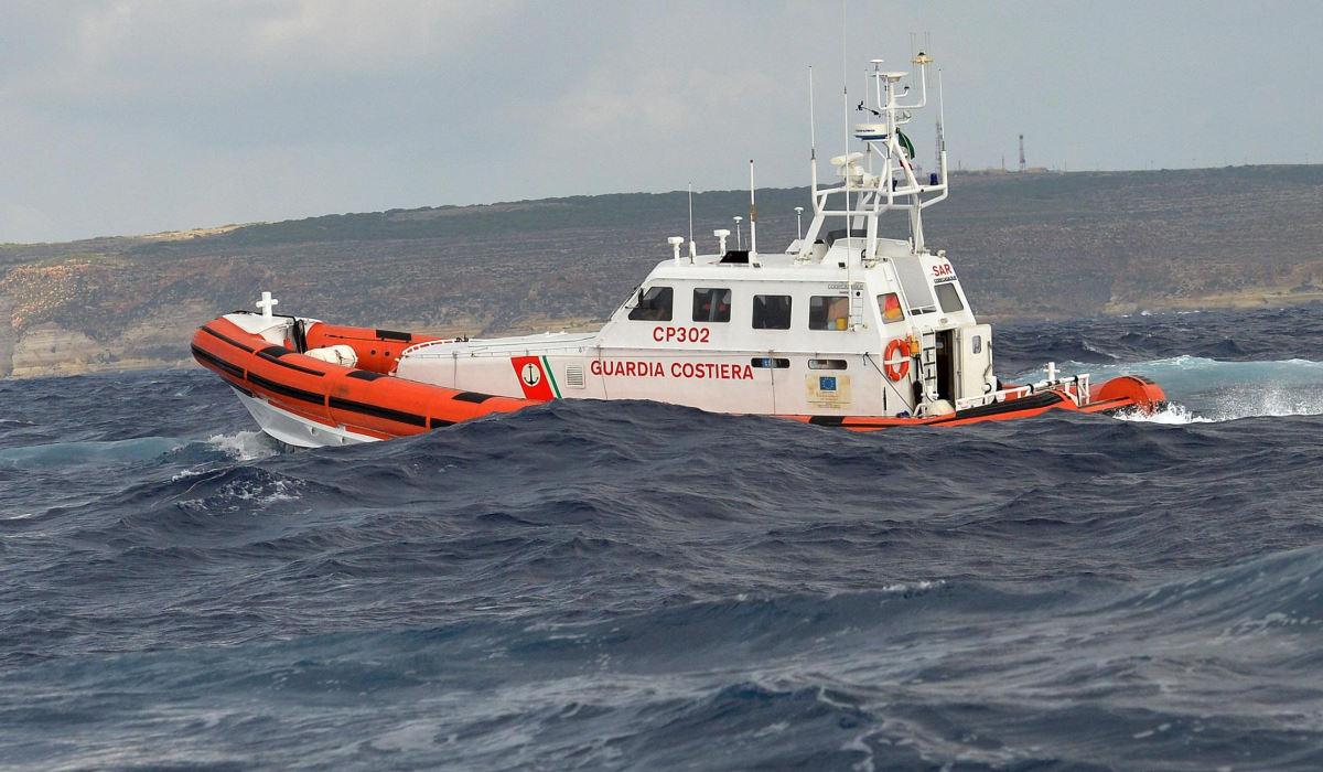 Un barchino si ribalta di fronte a Lampedusa, salvati 149 migranti ma si temono dispersi