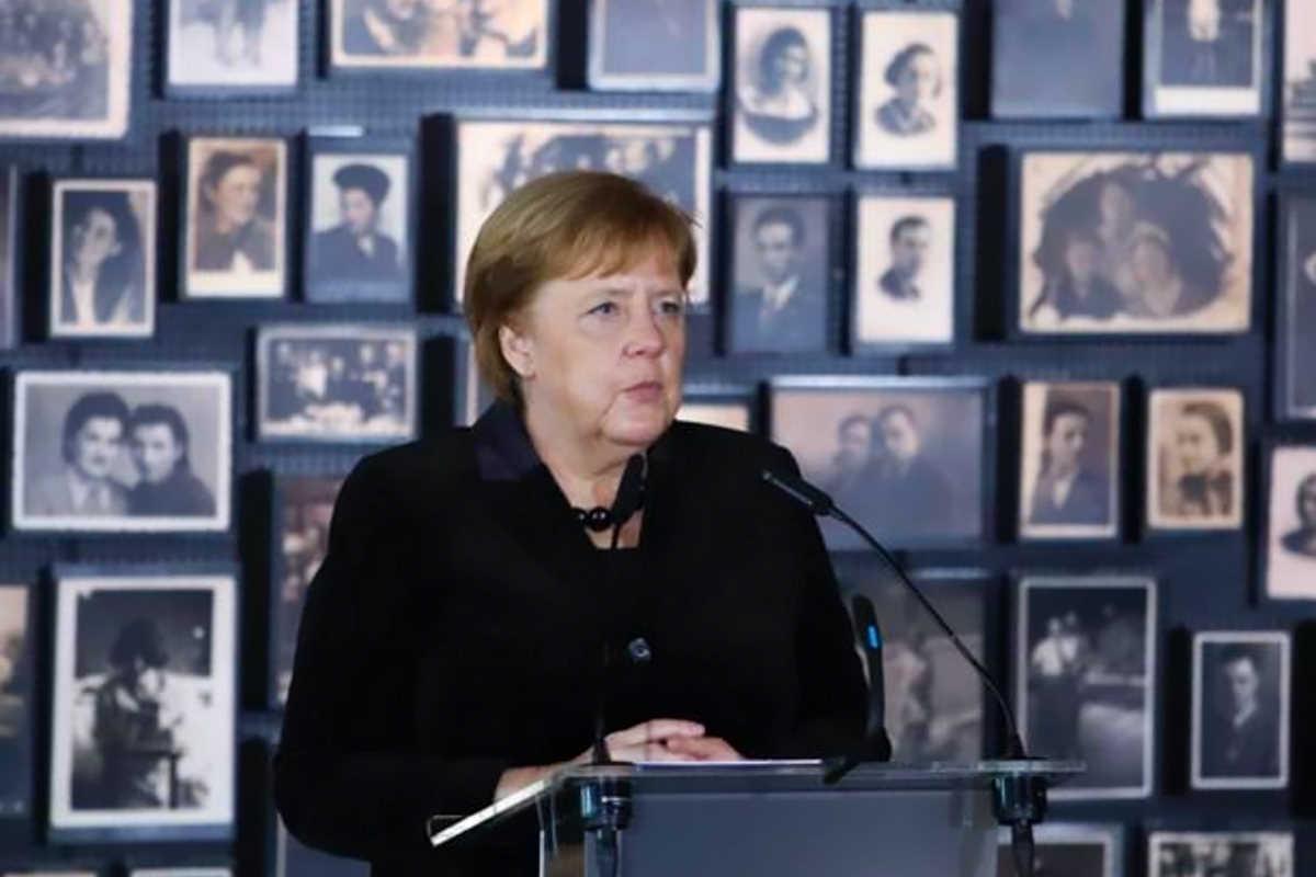 Angela Merkel visita il campo di Auschwitz e annuncia una donazione da 60 milioni di euro alla Fondazione che lo gestisce