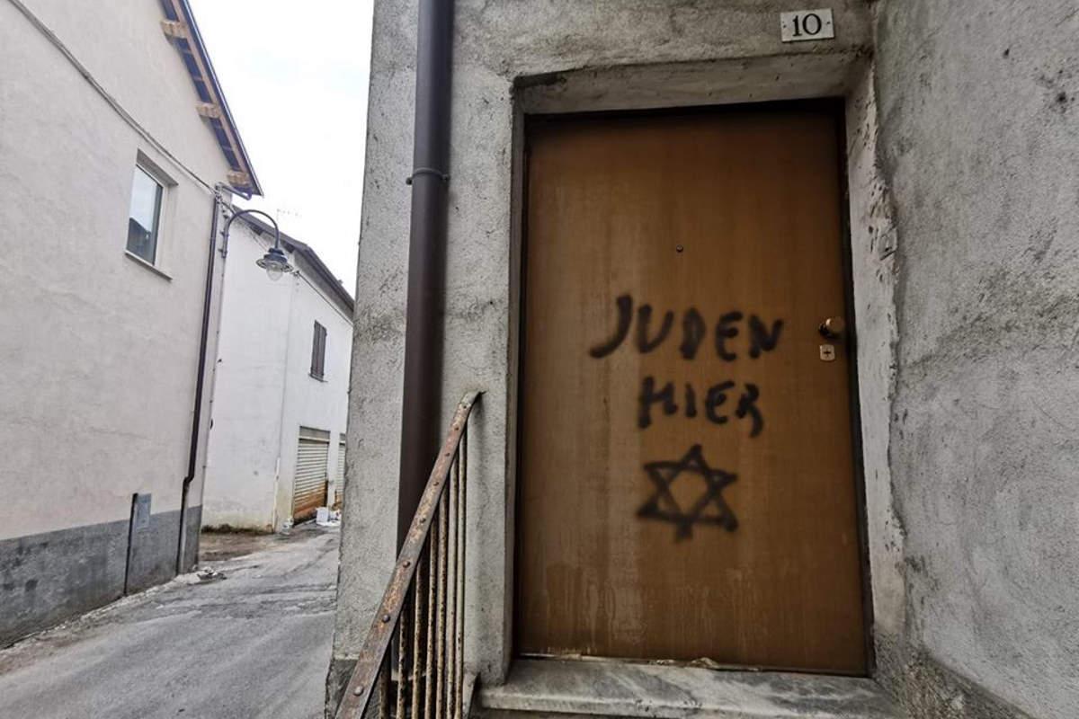 Juden hier verniciato sulla porta di una casa di Mondovì abitata da un ebreo