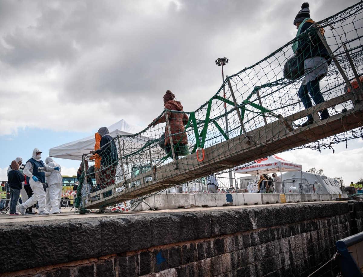 Sbarcati a Messina i naufraghi della Sea Watch mentre slitta a marzo il voto della Giunta sul caso Open Arms