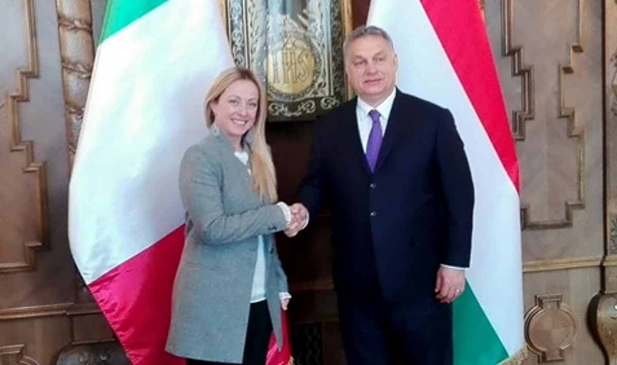 Orban instaura la dittatura in Ungheria, ma per Meloni e Salvini è tutto normale... e dovuto