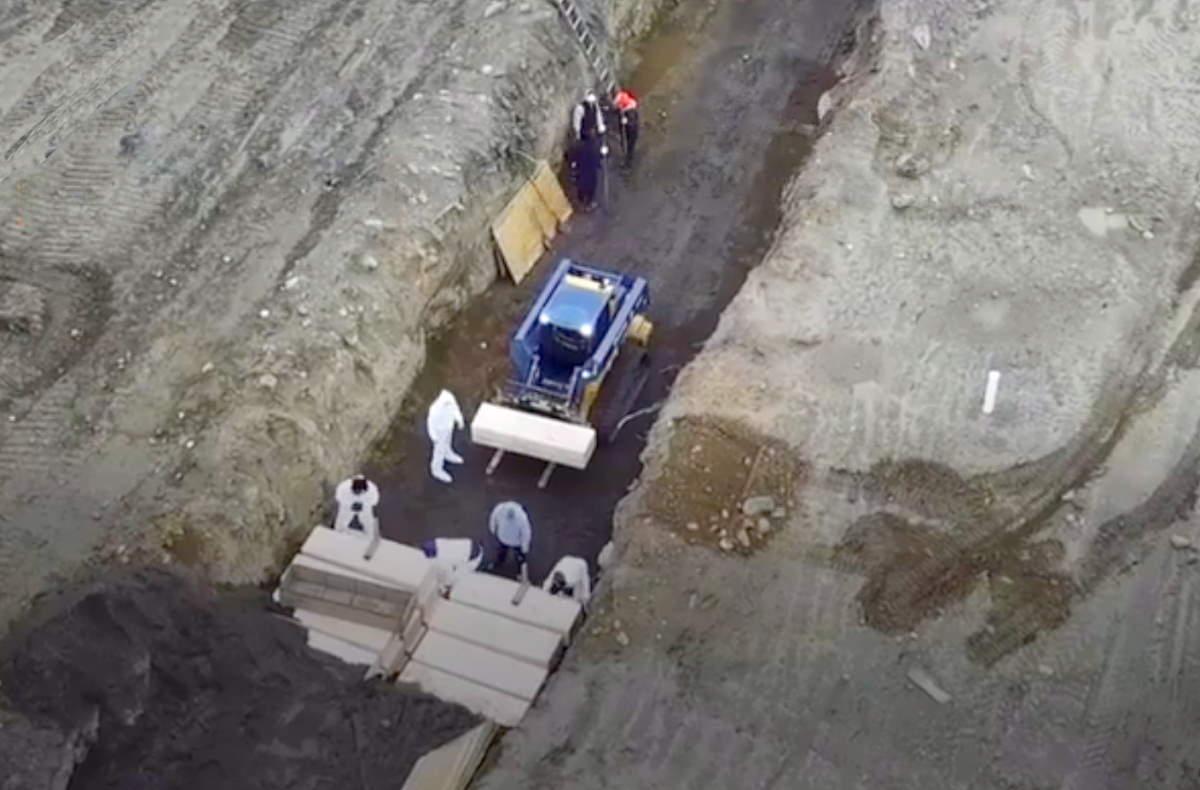 A New York i morti con Covid-19 vengono seppelliti in fosse comuni