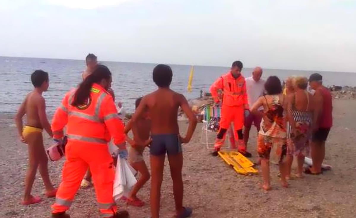 """Ecco la circolare del Ministero: """"I soccorritori in mare dovranno indossare maschera e boccaglio. No alla respirazione bocca a bocca"""""""