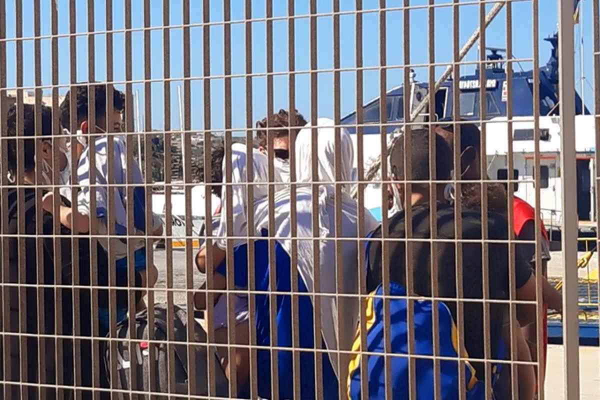 128 ulteriori migranti a Lampedusa. Gli sbarchi si intensificano, così come le fughe di massa dalle strutture di prima accoglienza