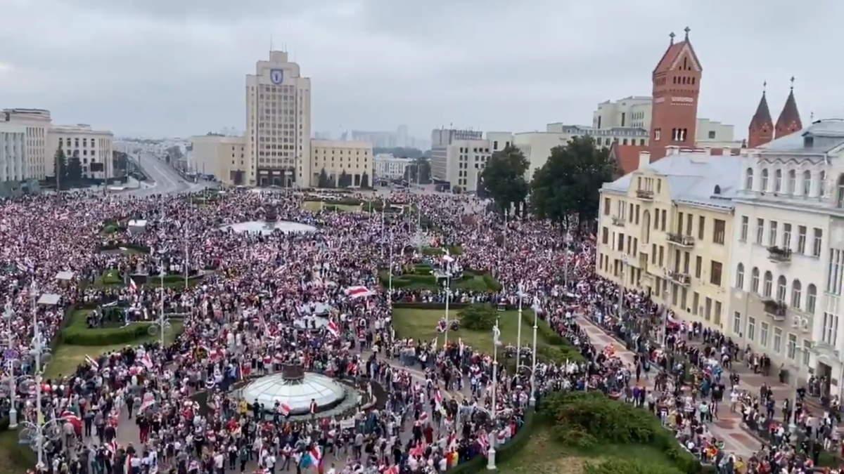 Continua la protesta in Bielorussia, a Minsk decine di migliaia di persone nuovamente in piazza