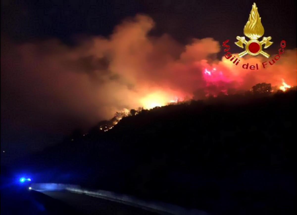 Sardegna, violento incendio a Budoni: turisti evacuati