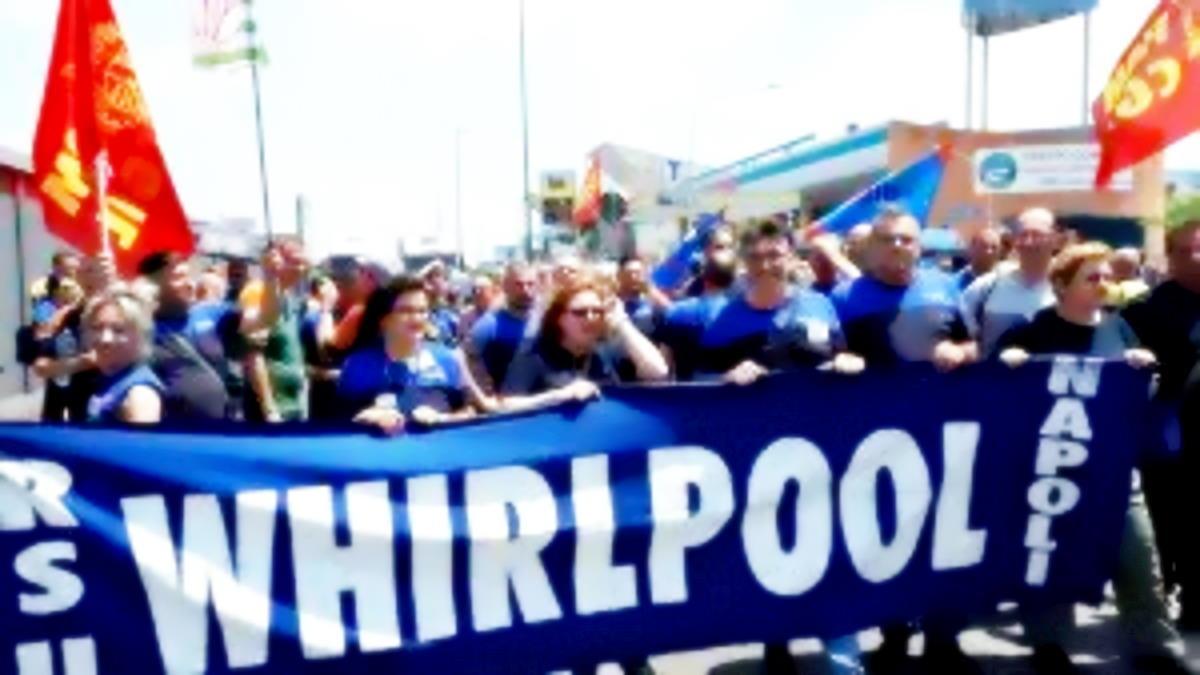 Tensione a Napoli: 200 operai della Whirpool bloccano la stazione centrale