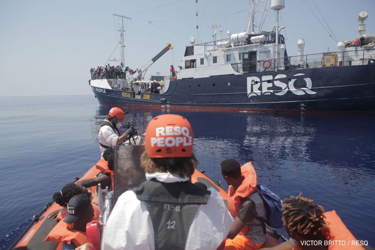 ResQ People chiede un porto sicuro per le 165 persone salvate in mare nella sua prima missione di soccorso