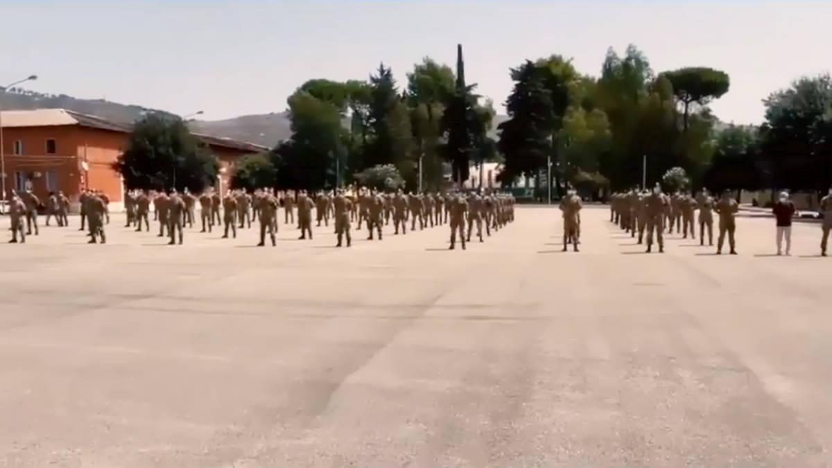 Una brigata di Bersaglieri schierata per rendere omaggio.... a Salvini!