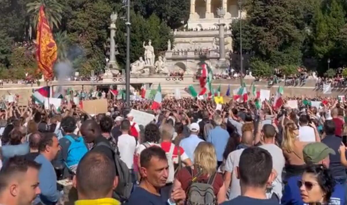 A Roma i partecipanti alla manifestazione no green pass hanno creato disordini e violenze per le vie del centro fino ad assaltare la sede della Cgil