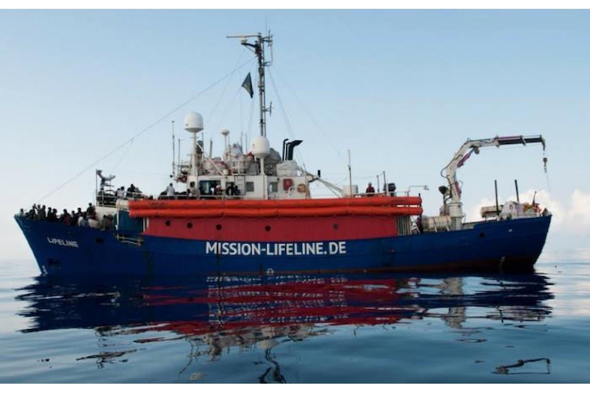 Si conclude la vicenda Lifeline, attraccherà a Malta e l'Italia accoglierà una quota dei migranti a bordo