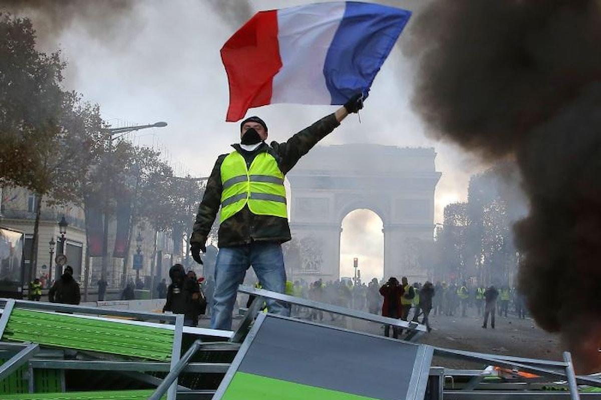 I gilet gialli fanno esplodere la loro protesta nel centro di Parigi