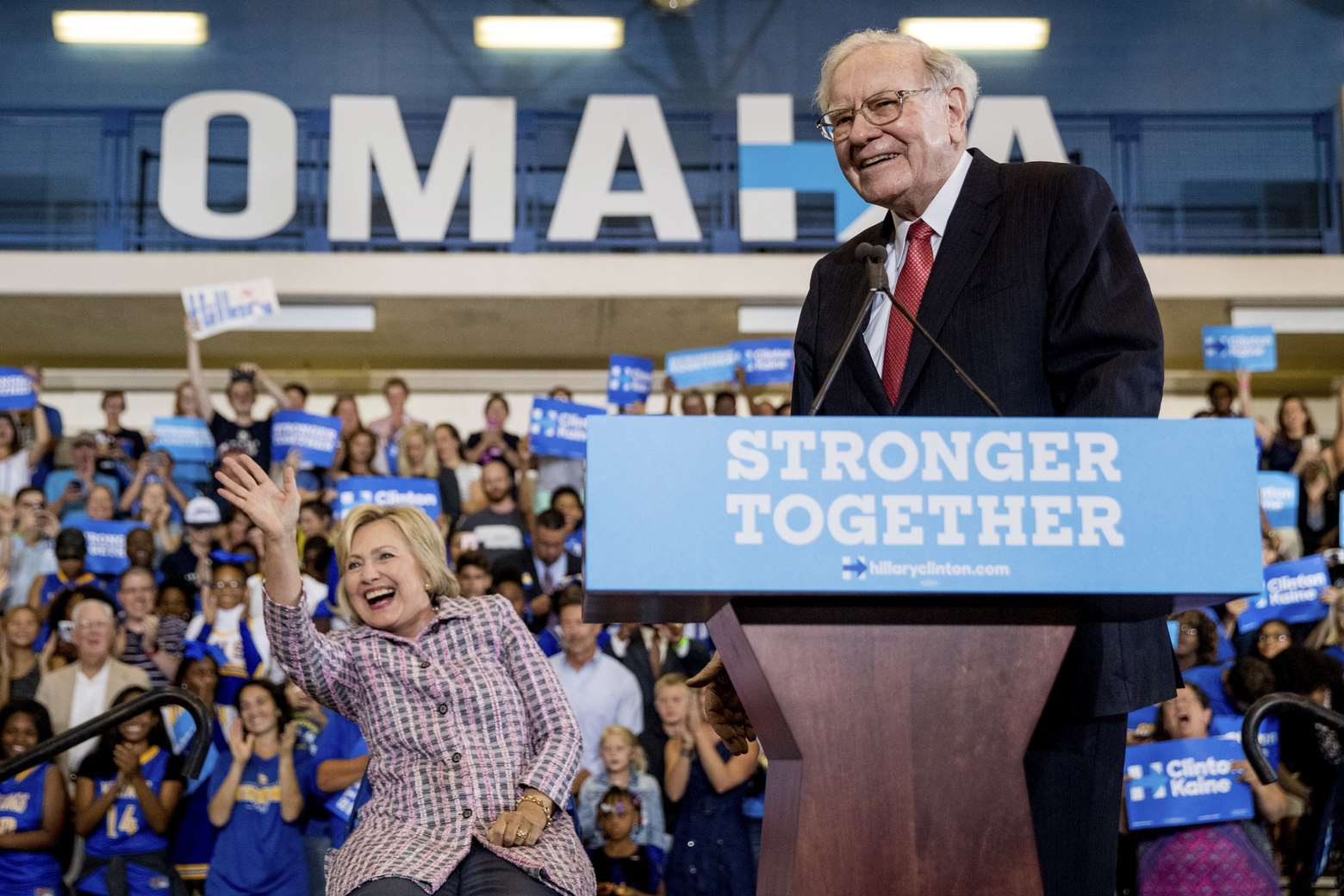 Warren Buffett contro Trump: una scimmia meglio di lui in affari