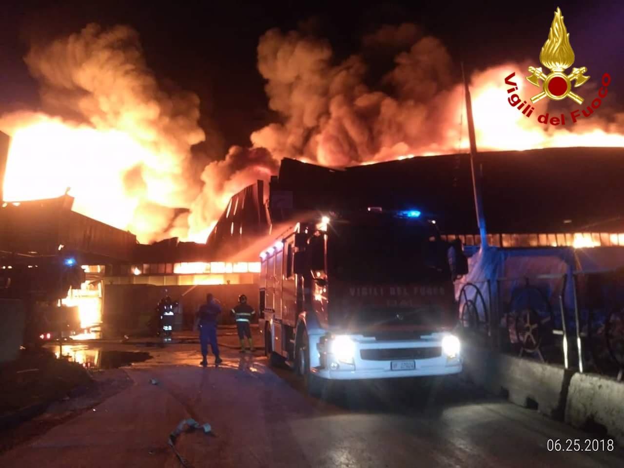 Battipaglia: notte di fuoco, in fiamme un deposito di rifiuti