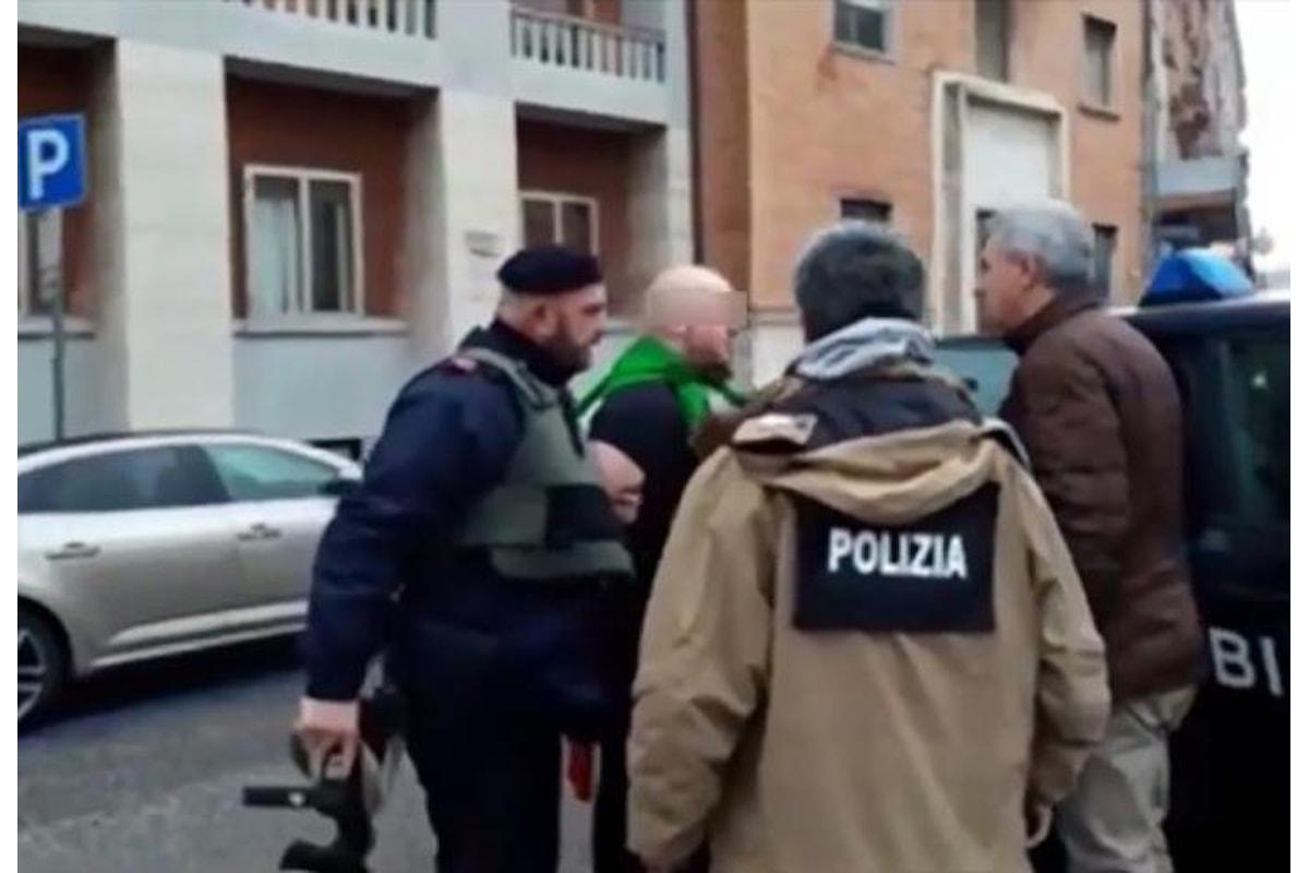 Un uomo ha percorso in auto le vie di Macerata sparando contro la gente di colore. Nel 2017 è stato candidato della Lega
