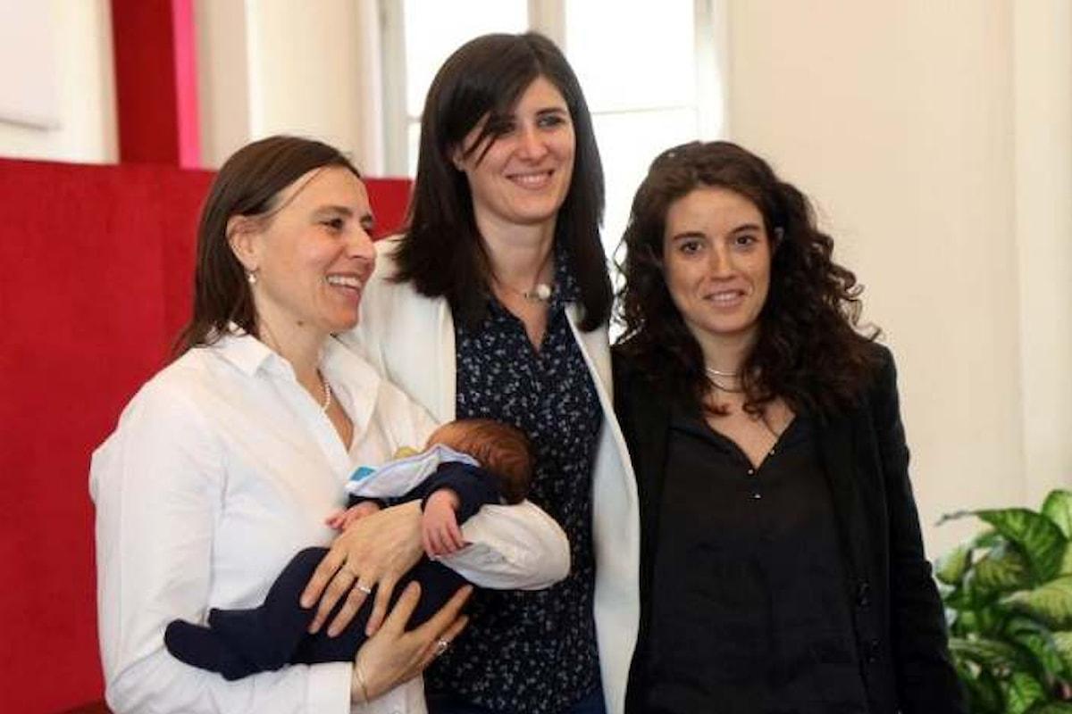 A Torino la sindaca Appendino registra all'anagrafe i figli di tre coppie gay