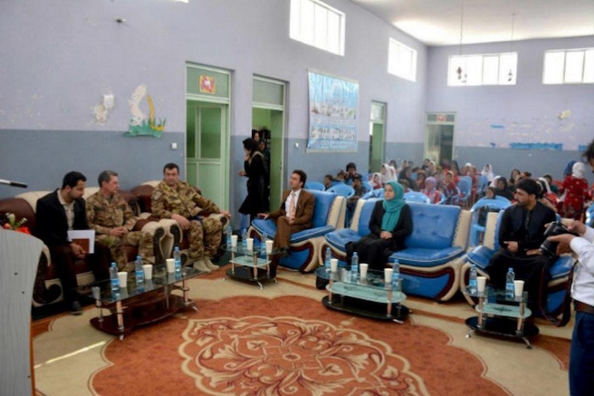 Afghanistan: militari italiani donano coperte ai bambini di un orfanotrofio