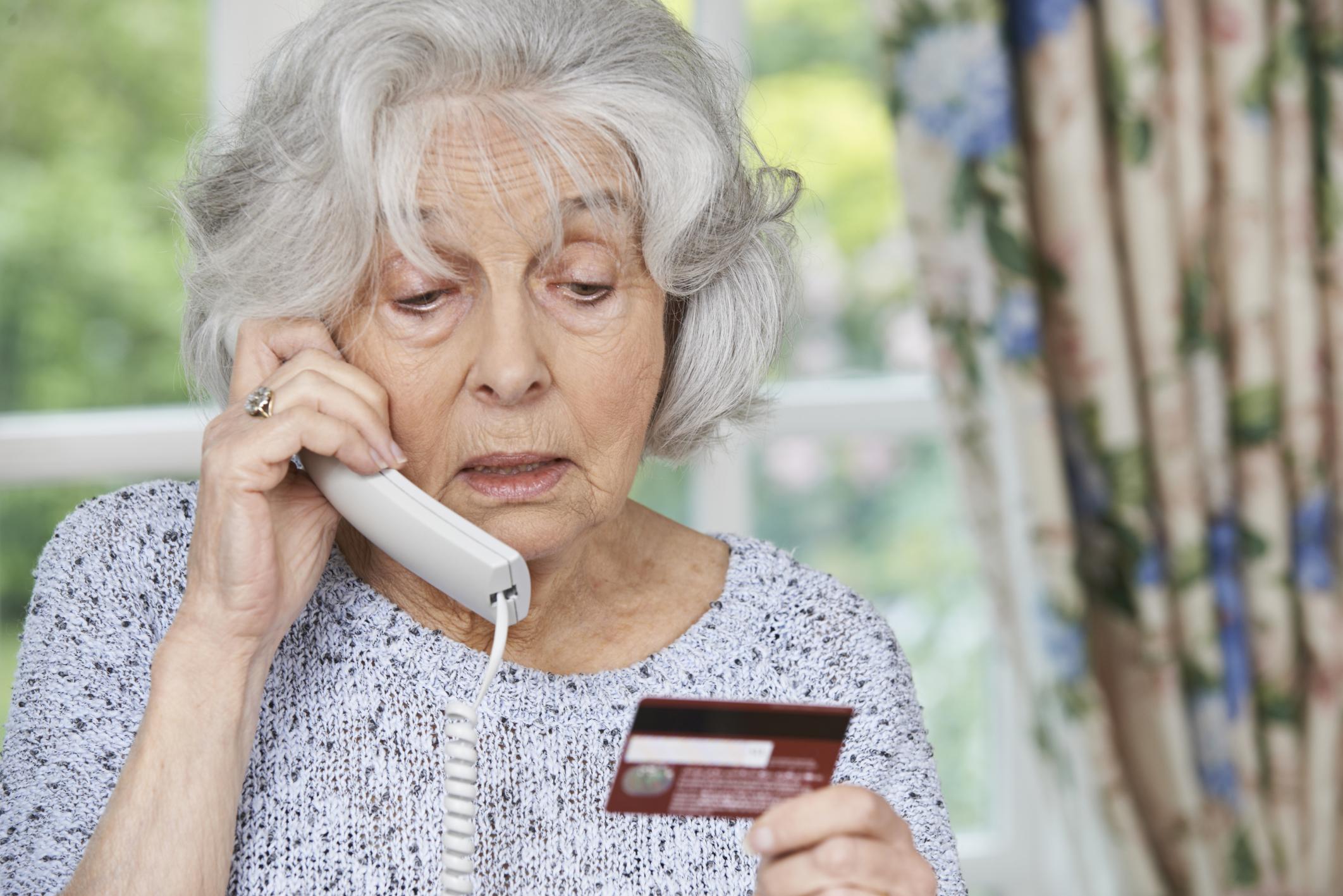 Truffe anziani: ecco come difendere i nostri cari
