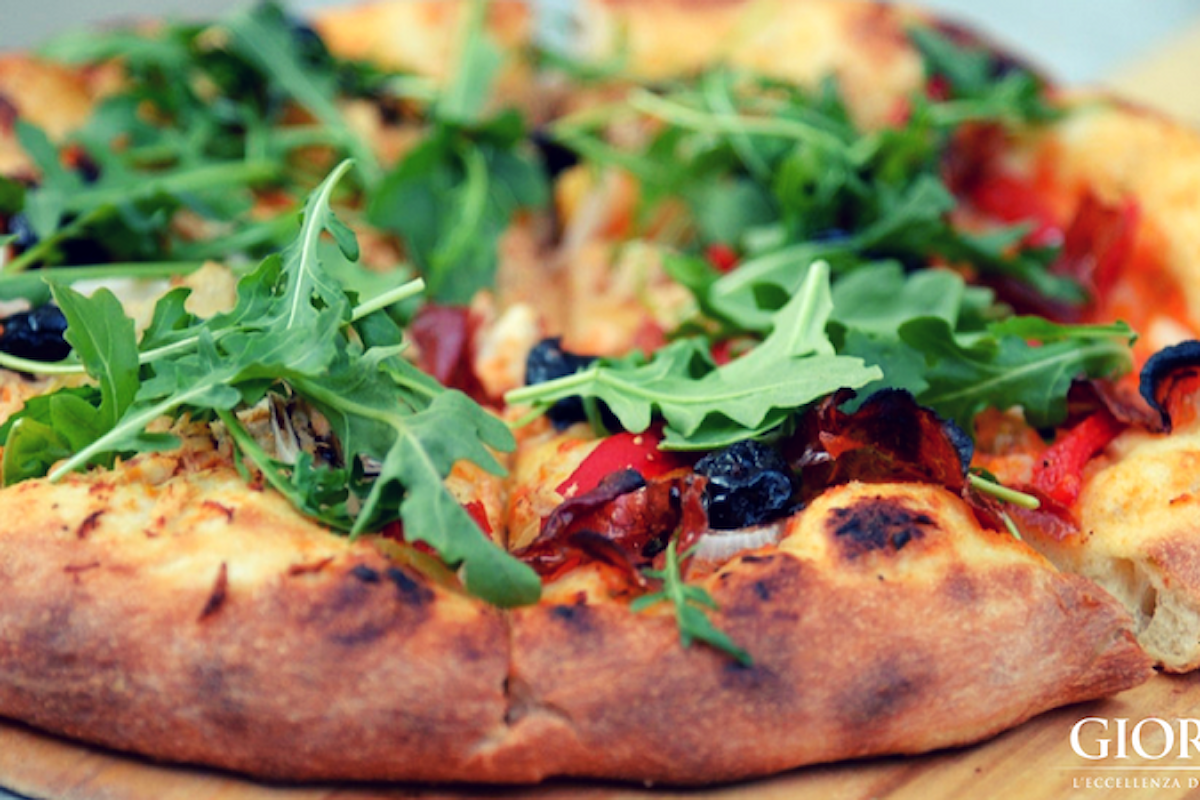 Trasforma il barbecue in un forno a legna e prepara deliziose pizze e focacce