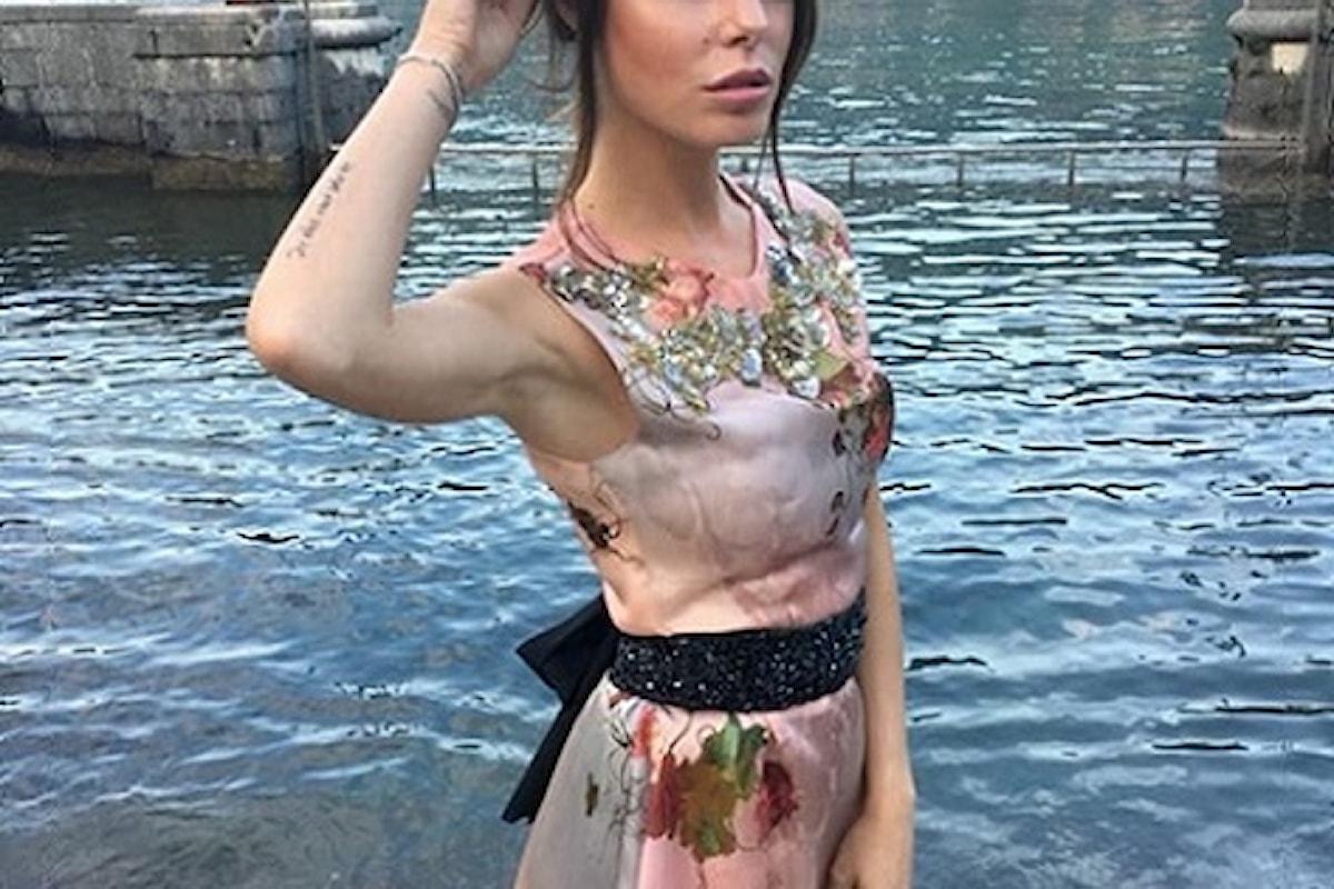 Sensuale e super chic Bianca Atzei completa il suo abito con una cintura gioiello Eles Italia