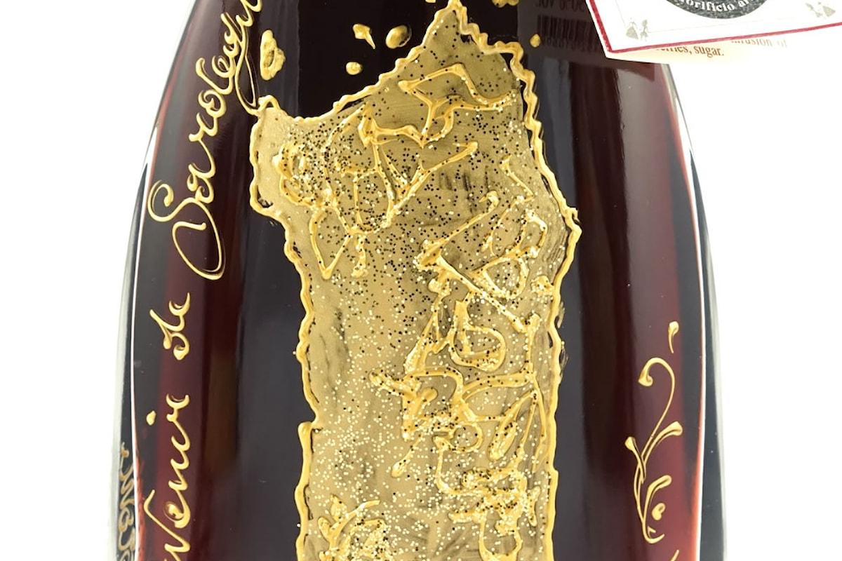 Il mirto si veste a festa: oro e tradizione nelle bottiglie dipinte di mirto rosso