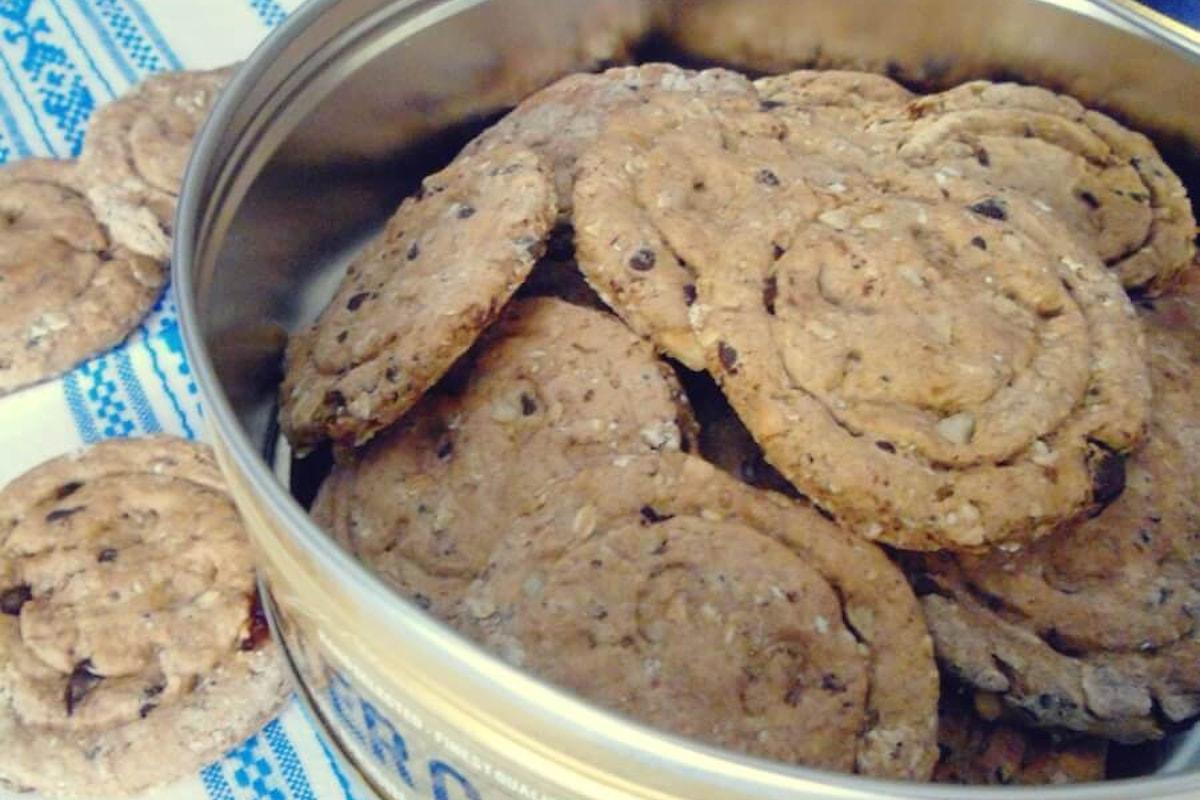 Una ricetta facile e ricca di gusto e benessere: biscotti di farro e fiocchi di avena, arricchiti con cioccolato, mandorle e uvetta